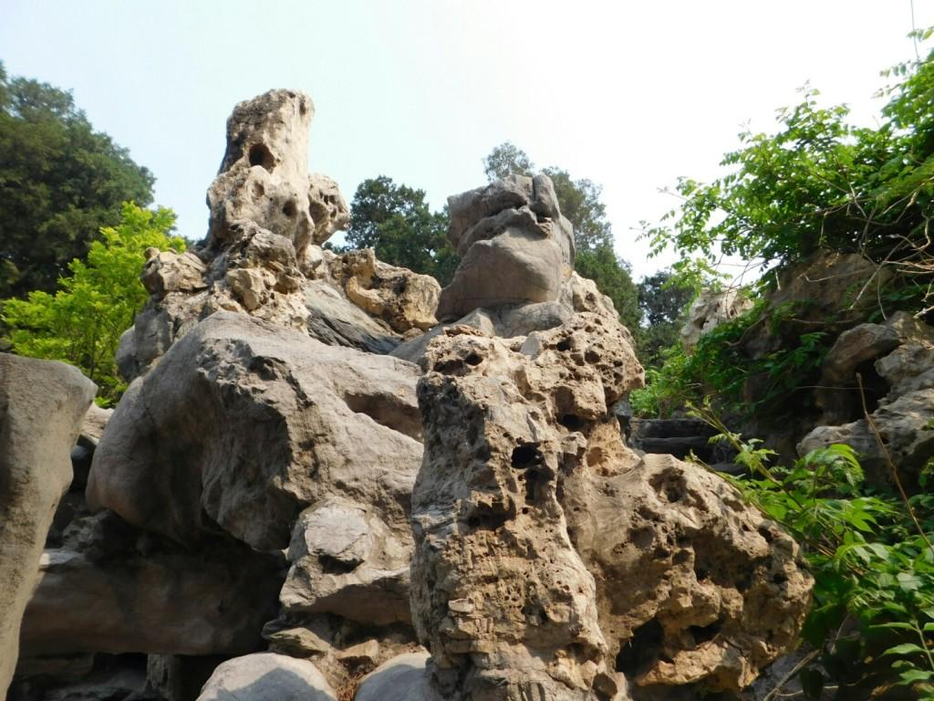 Eine Steinformation im Park des Kaiserpalastes in Peking