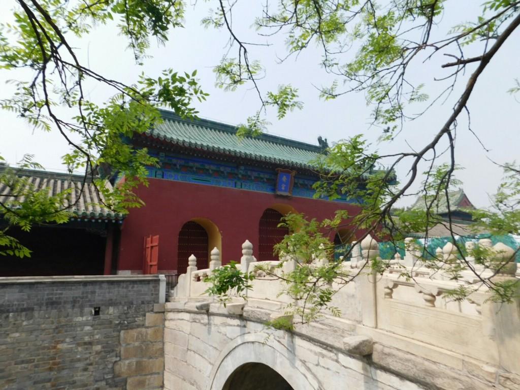 Brücke vor einem Gebäude in der Tiantan-Anlage