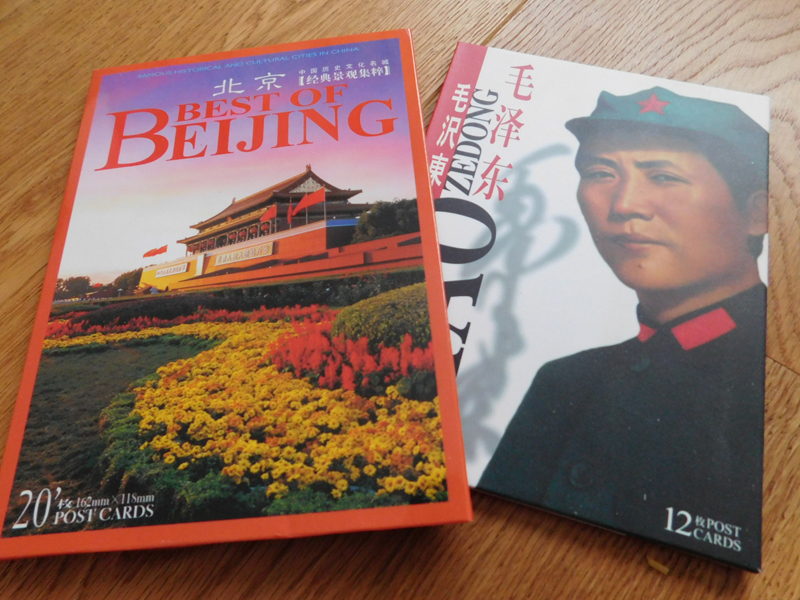 Postkarten haben wir nur im Book Store gefunden. Da Chinesen anscheinend sehr selten eine Karte schreiben, mussten wir sogar richtig danach suchen.