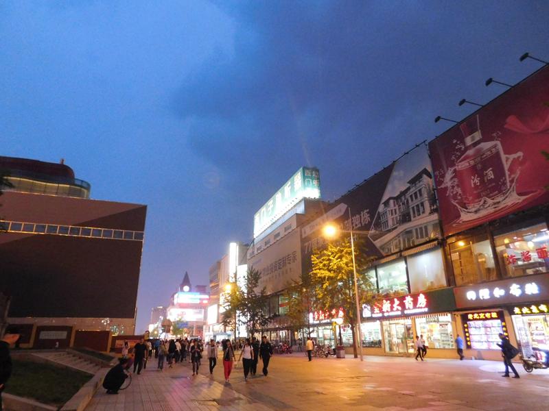 Bei Nacht sind die Reklametafeln hell beleuchtet