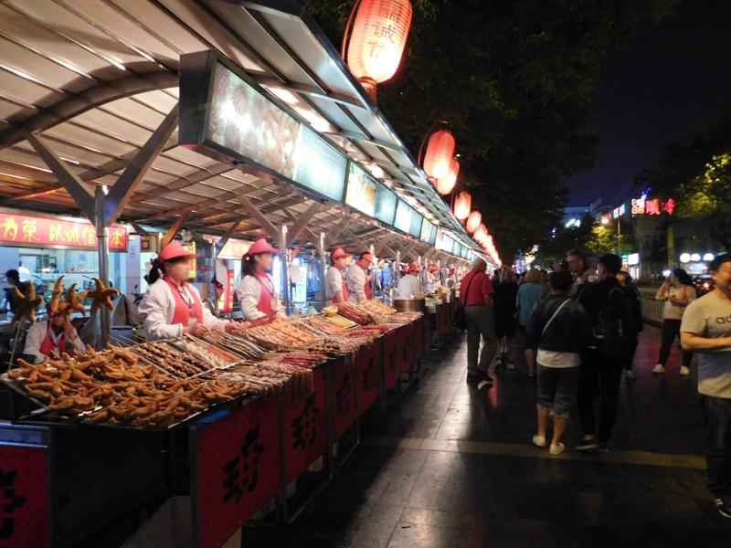 Reihe an Reihe stehen die Händler mit allem möglichen Food to go!