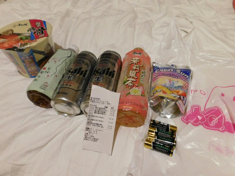 Für knapp 6 € kauften wir Tee, Bier, Instant-Nudeln, Capri-Sonne und neue Batterien für die Kamera.