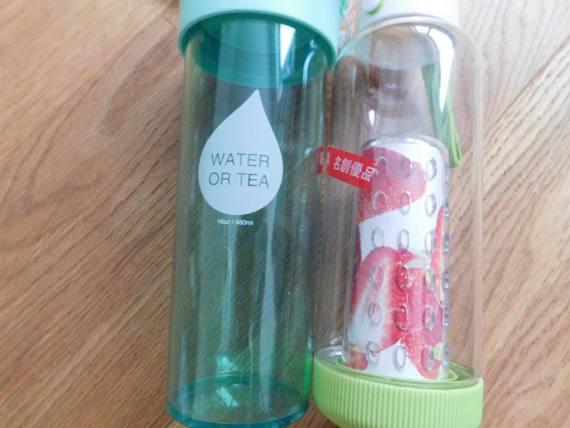 Wasserflasche und eine Obst Infuser Flasche zum Aromatisieren mit Früchten