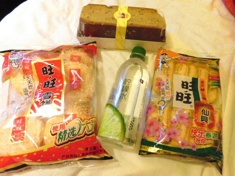 Gurkenwasser, Reiskekse und eine Art Früchtebrot