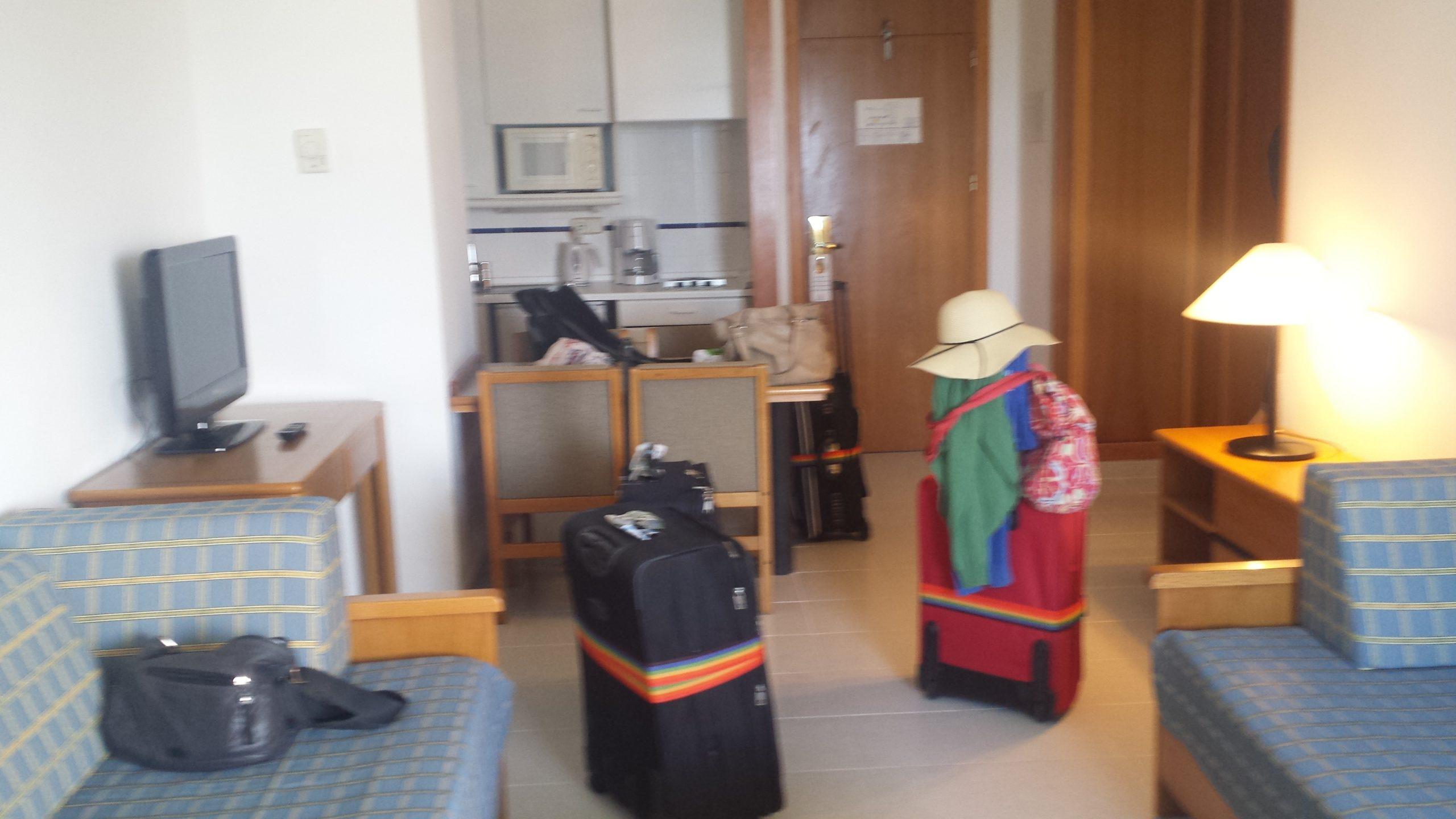 Apartementwohnzimmer mit Küche und Schlafcouches, es gab noch ein Bad und ein Schlafzimmer.