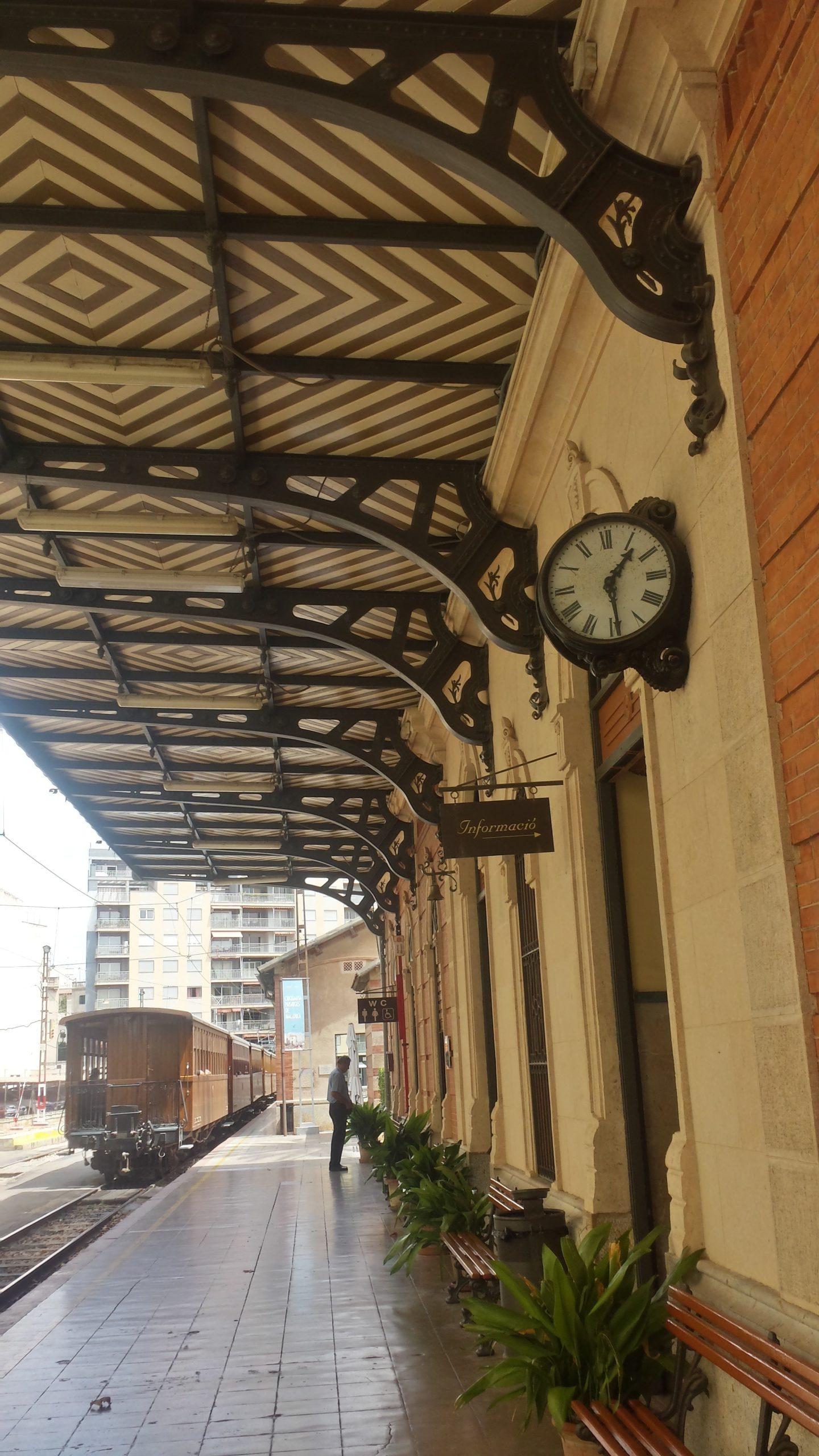 Am historischen Bahnhof traf ich mich mit A. und J., die gleichzeitig Urlaub auf Mallorca machten.
