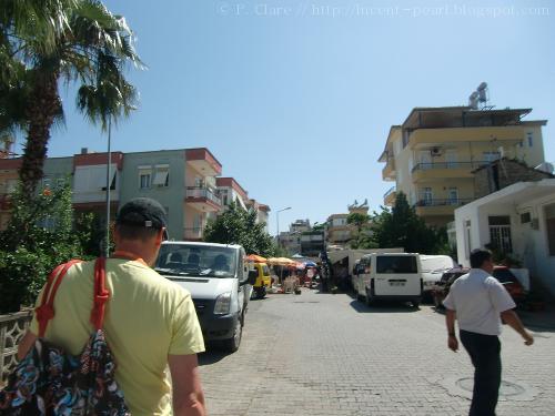 Am Ende der Straße erkennt man einen der Eingänge zum Bazaar. Mein Vater trägt derweil brav die Taschen :)