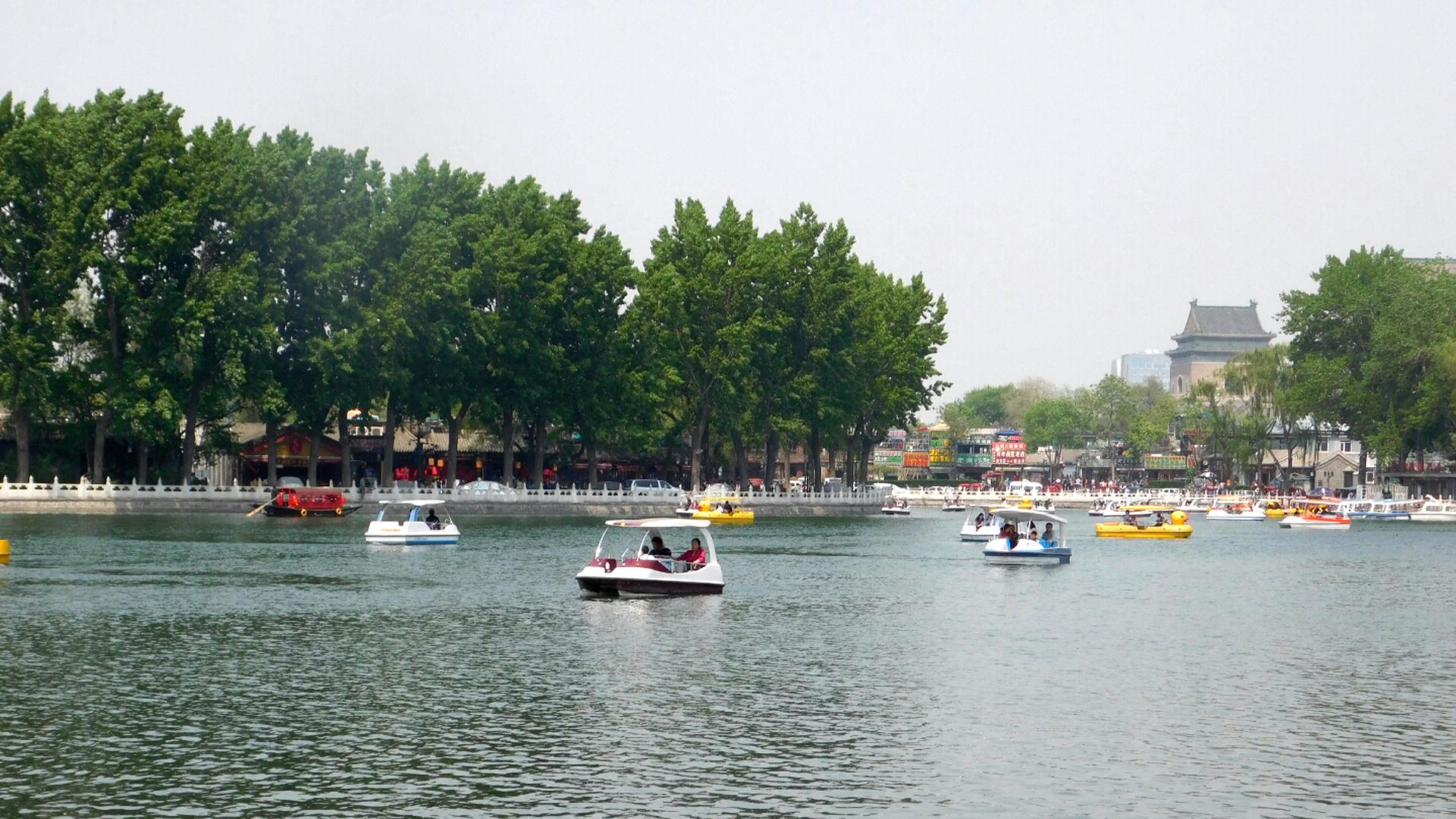 Die Seen kann man auch mit Tretbooten erkunden!