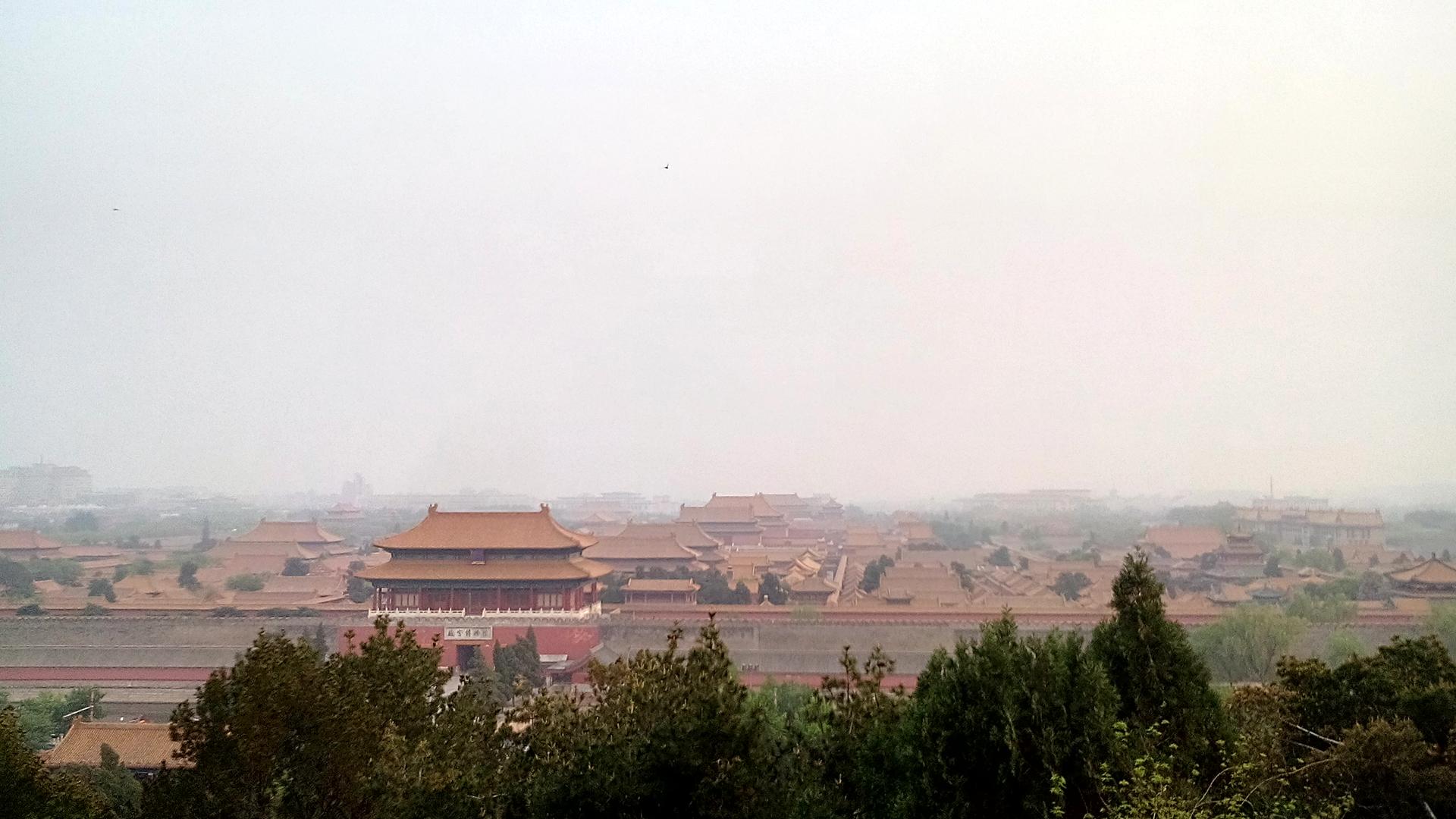 Vom höchsten Punkt des Parks sieht man die Anlage der Verbotenen Stadt! An diesem Tag sah man tatsächlich einmal den Smog.