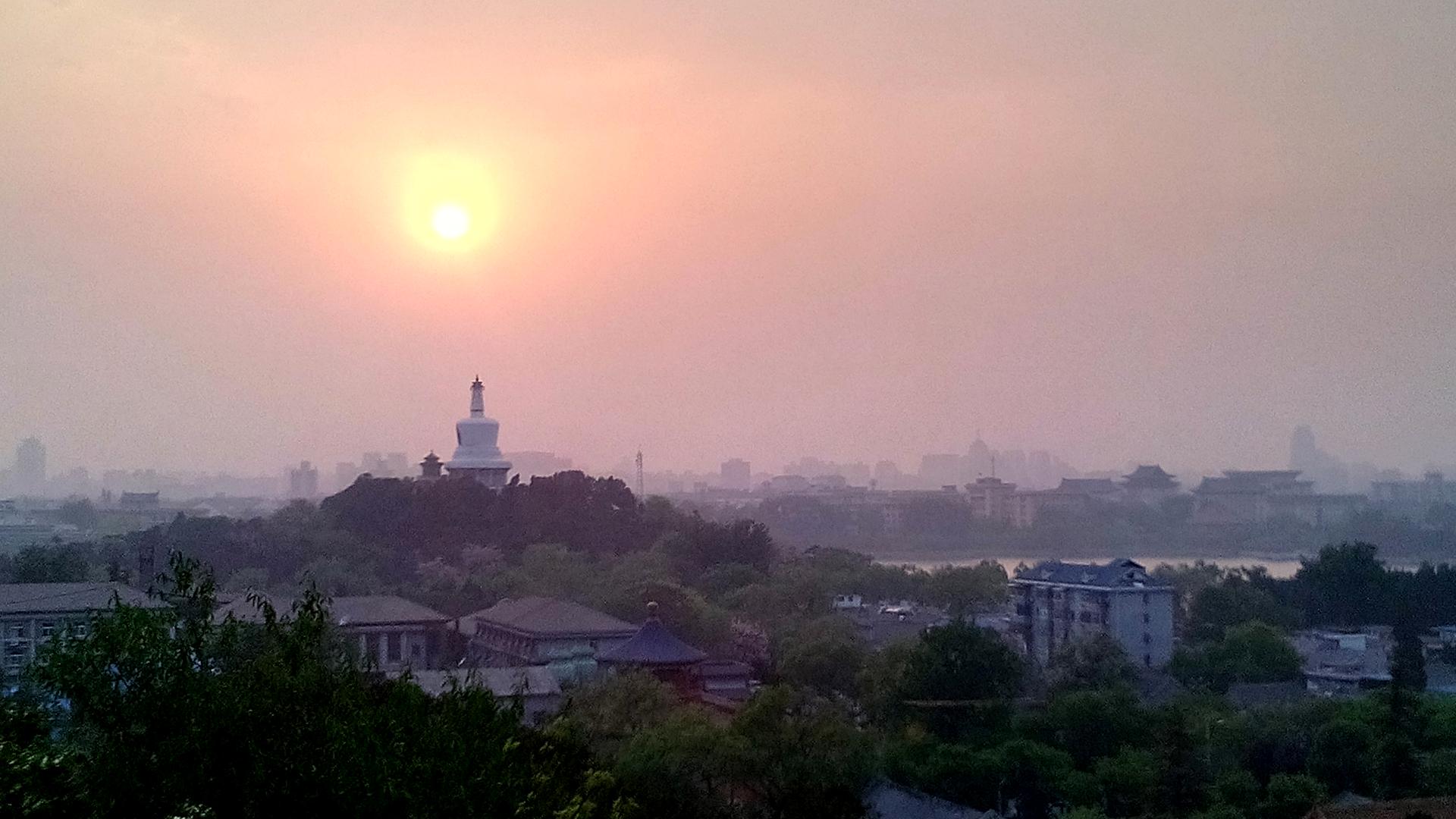 Sonnenuntergang über der Weißen Pagode im Beihai Park