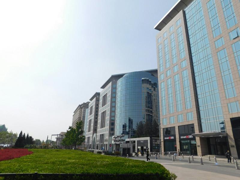 Große Geschäftsgebäude und Malls gibt es auch in Peking