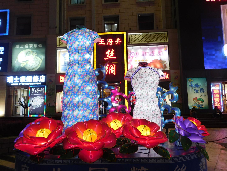 Diese hübschen beleuchteten Aufsteller waren eine Dekorationsinstallation direkt auf der Straße