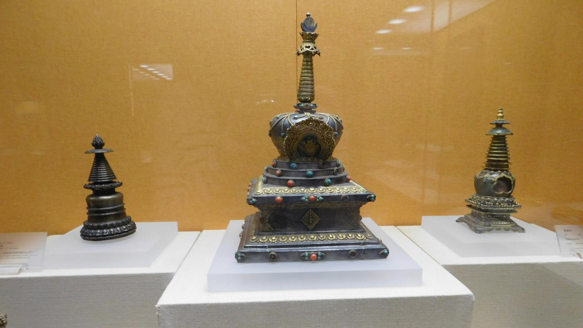 In den Hallen sind auch historische Kleidung und Artefakte ausgestellt